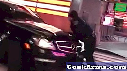 BEKIJK: NYPD Officer Hit by Fleeing Car in Times Square