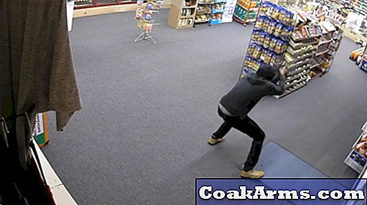 VIDEOS: Armed Robber Flees After Shootout med Store Klerk